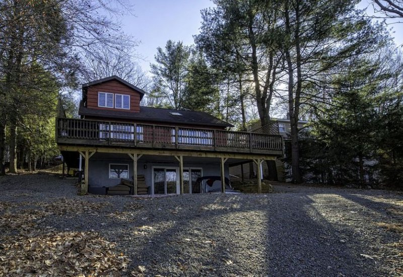 Large Family Cabin Great Autumn Views and Sunsets right on Lake Wallenpaupack, holiday rental in Newfoundland
