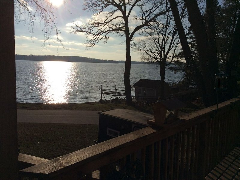 Large one bedroom with Beautiful view of lake independence, holiday rental in Victoria