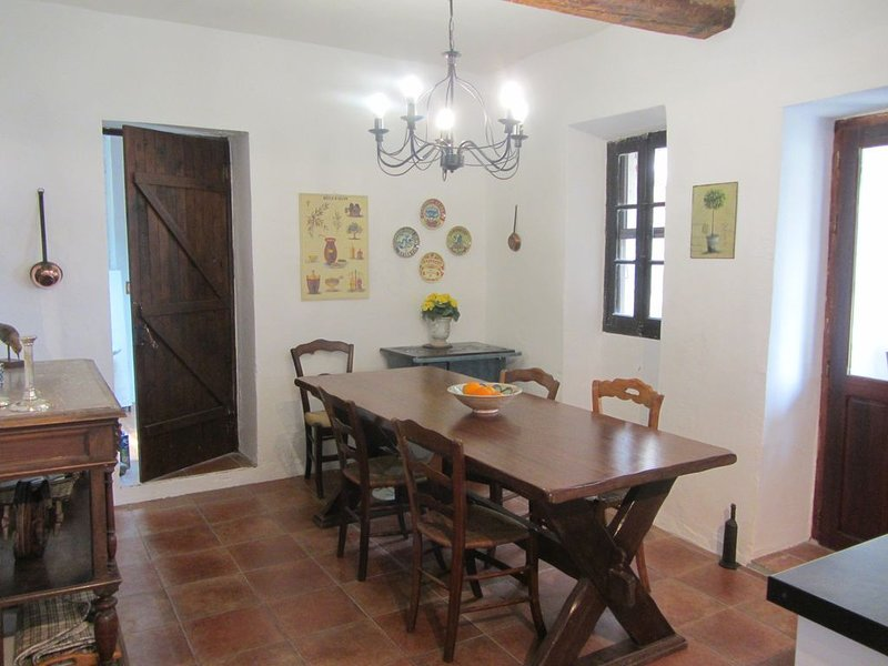 Charming Stone House in Hillside Village with Stunning Terrace Views - wifi, holiday rental in Maury