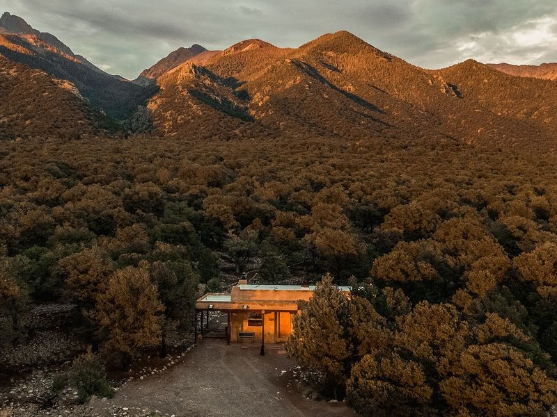 Beautiful 2 Bedroom Southwestern House at the Foot of the Sangre de Cristos, holiday rental in Silver Cliff