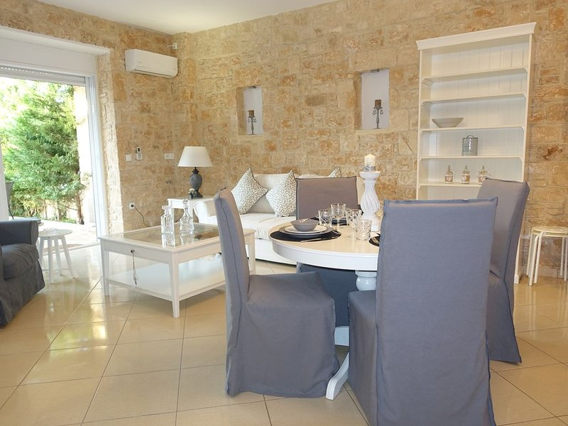 Miss Nefeli - Sublime Stone Appartment in Perdika, Aegina Island, holiday rental in Aegina