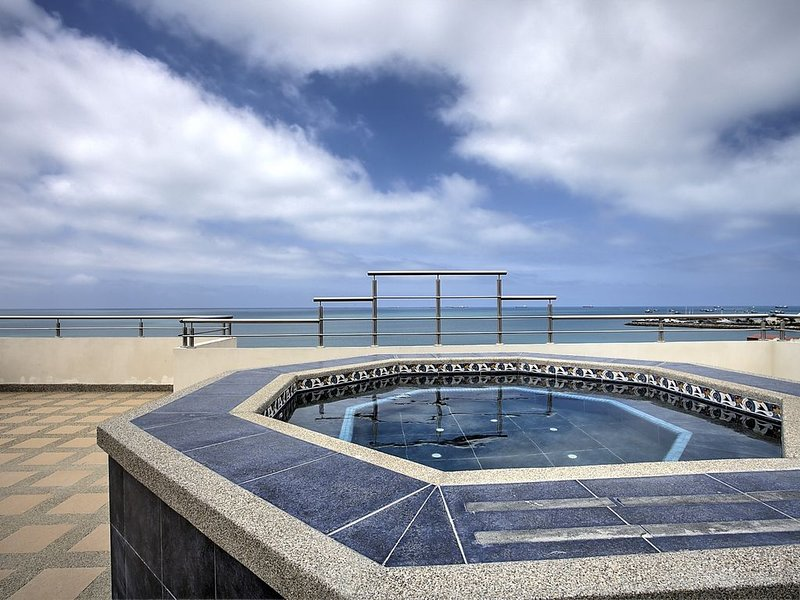 Stunning sea views and spacious contemporary apartment, casa vacanza a Salinas