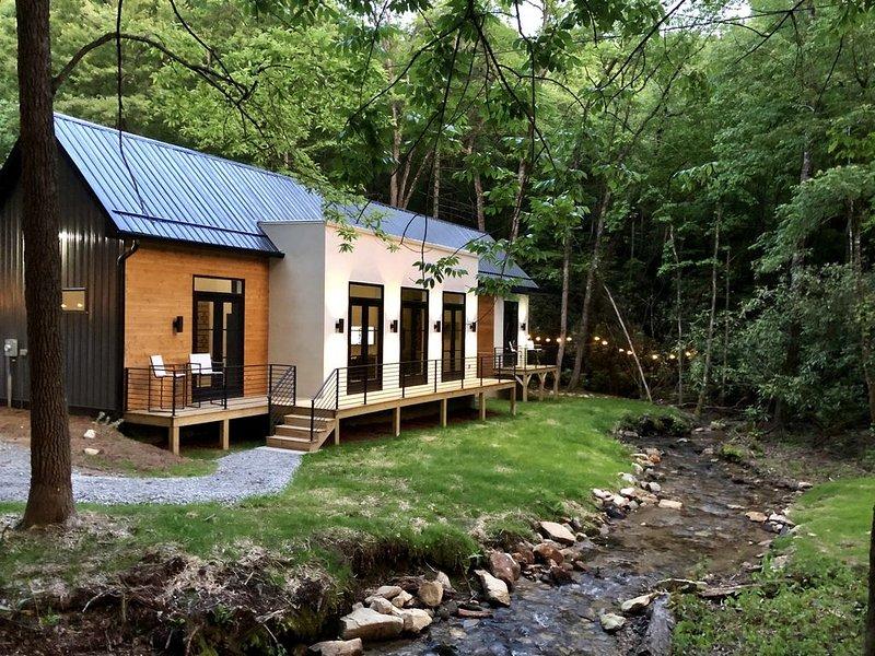 E Ranch is a modern, creek side, Scandinavian barnhouse built in 2019., holiday rental in McDonald