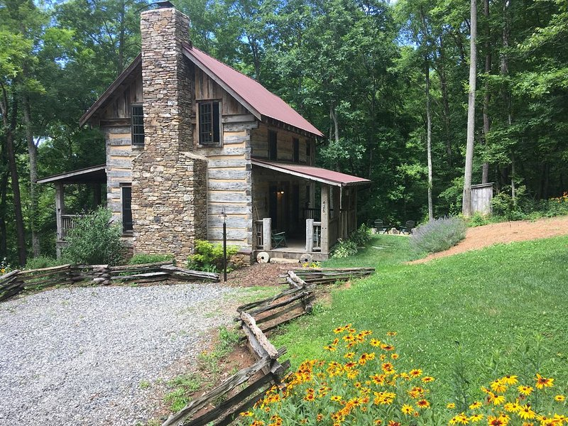 Eli Reeves Cabin at Hobbyknob Farm - Authentically restored 1820 Log Cabin, holiday rental in Weaverville