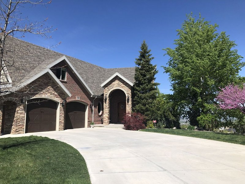 Beautiful comfortable home close to ski resorts and downtown Salt Lake City., holiday rental in Davis County