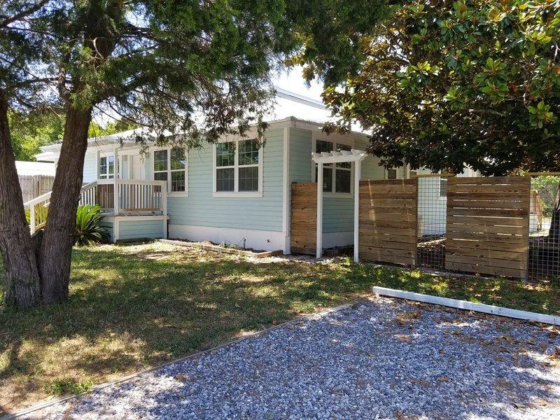 Florida cottage. 1 bedroom,1 bath, full kitchen sleeps two. Apartment #4, vacation rental in Laguna Beach