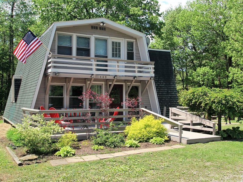 Walking Distance to Klay Winery & Distillery with Hot Tub!, location de vacances à Ohiopyle