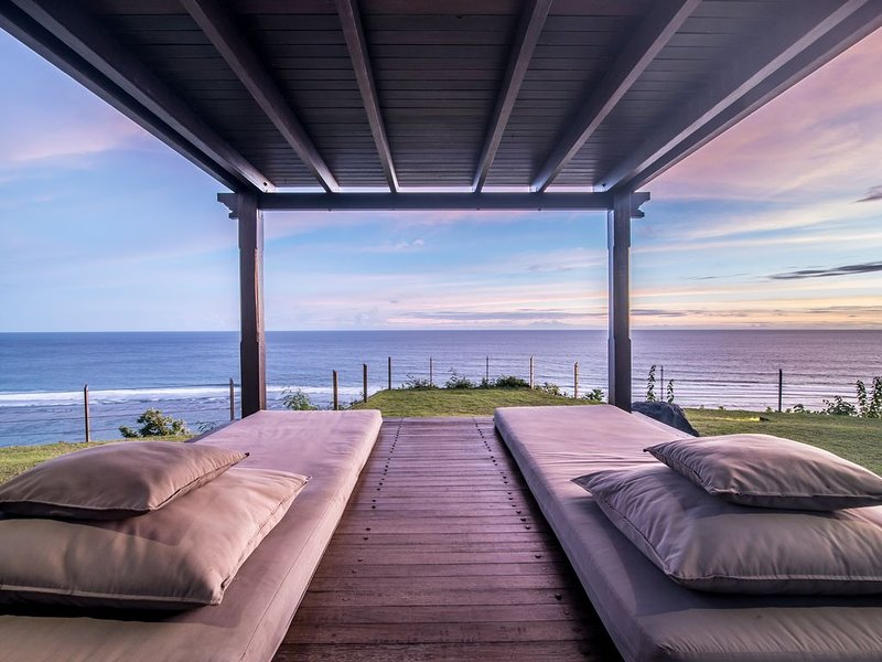 PANDAWA BEACH CLIFF EDGE ABSOLUTE OCEAN VIEW VILLA BALI 5 STAR LUXURY 3 BEDROOMS, aluguéis de temporada em Kutuh