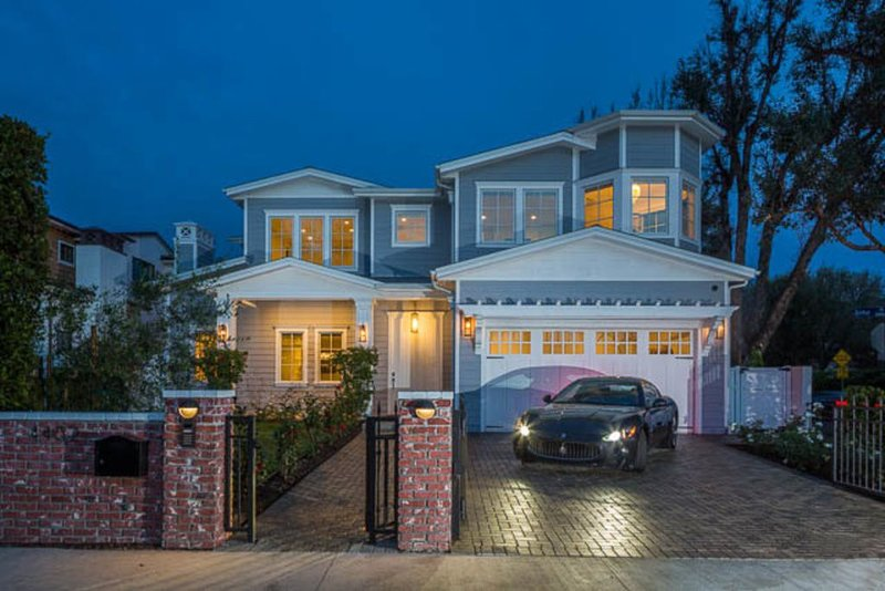 Spectacular 5 bd Mansion w/ Pool, Theater, 5 mins to Universal Studios, vacation rental in Burbank