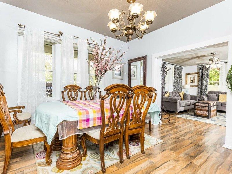 La salle à manger est grande et offre de nombreux sièges pour les repas de famille et les jeux de société.