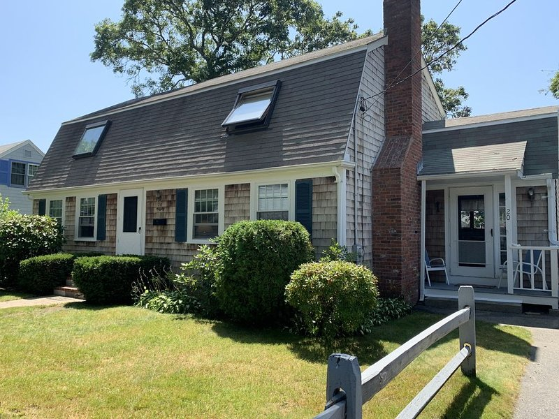 Cape Cod Getaway - Walk to Falmouth Heights Beach, holiday rental in Teaticket