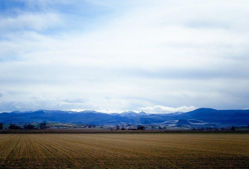 Vista das montanhas Owyhee na frente da janela