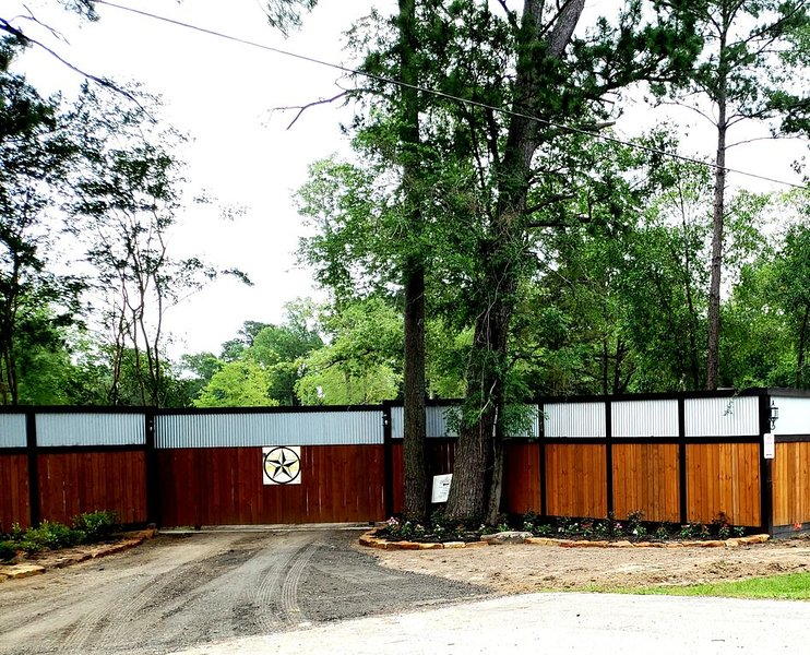 Beautiful 2 Story Multi-Use House Located in an Beautiful Adult only RV Resort, holiday rental in Montgomery