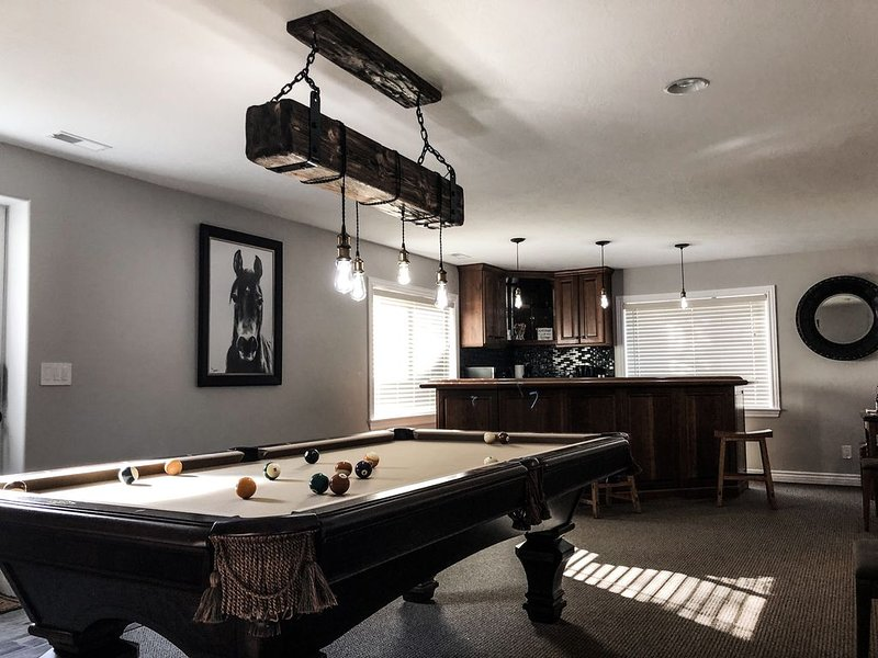Modern-Rustic 1,500 sqft Decadent 2 Bedroom King & Queen, vacation rental in Taylorsville