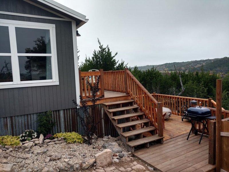 Hillside Haven Cottage avec balcon et terrasse surplombant la vallée pittoresque