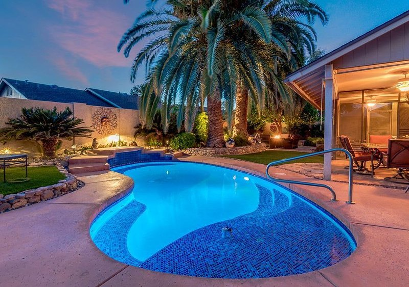 Backyard Oasis with private pool, close to Spring Training and Cardinals Stadium, location de vacances à Surprise