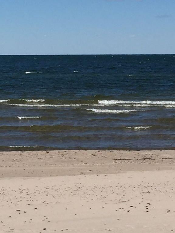 Les vagues vous appellent pour vous détendre sur notre grande plage de sable privée (juillet-octobre).