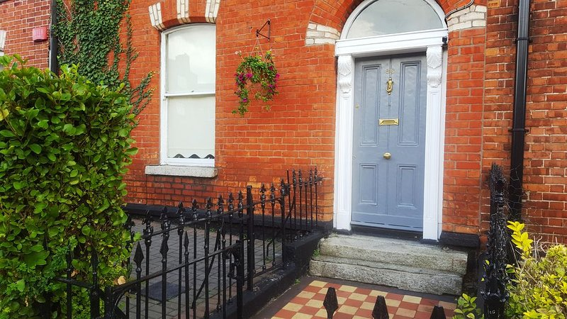 3 Bedroom Victorian Townhouse beside City Centre, holiday rental in Swords