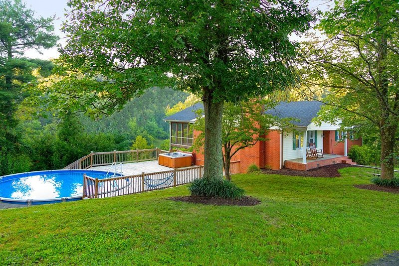 Cliff House - Pool, Hot Tub, Cean Vacation Home with Views Virginia Tennessee, location de vacances à Bristol
