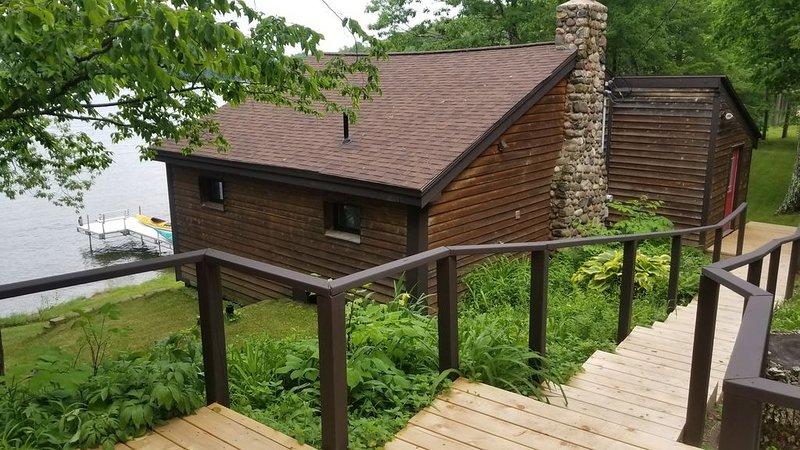 Hinton Bay Cabin on Round Lake, casa vacanza a Hayward