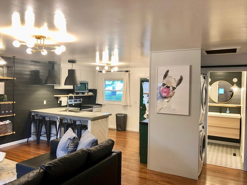 Easy Self Check-In for Centrally Located Home - Stay at the Lazy Llama House!, location de vacances à Lincoln