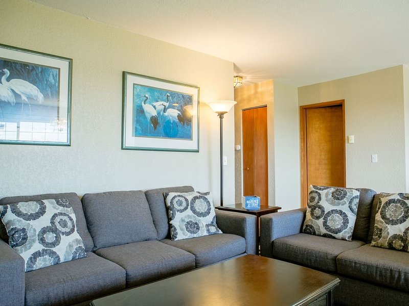 Modern 2 Bdrm Condo W/ Fireplace In Center of Town – semesterbostad i Ocean Shores