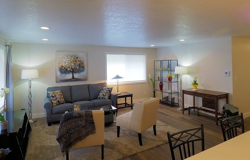 2 Master Suites - newly renovated!, holiday rental in Gaston