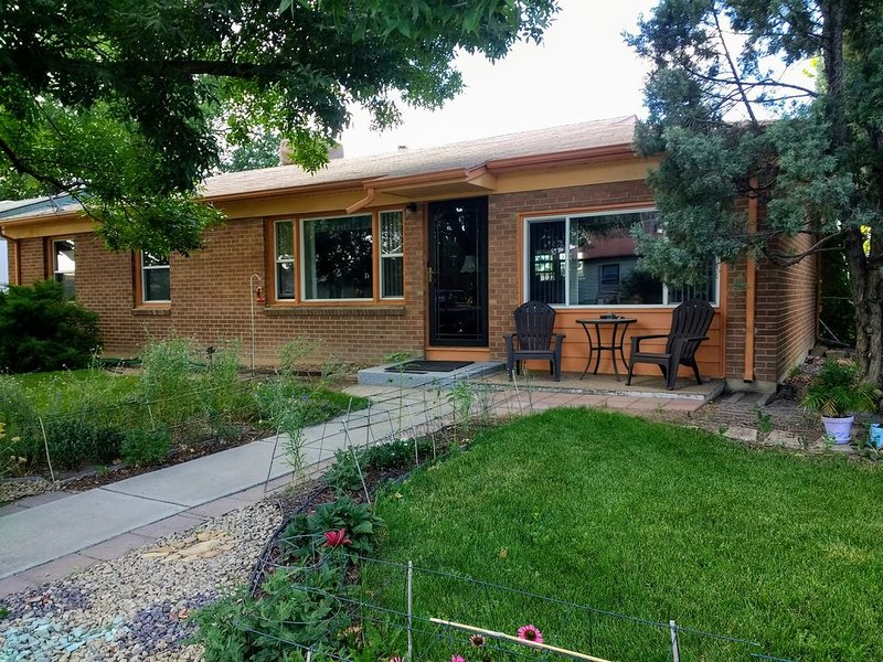 Corner Cutie Brick Ranch Home near downtown Grand Junction, vacation rental in Fruitvale