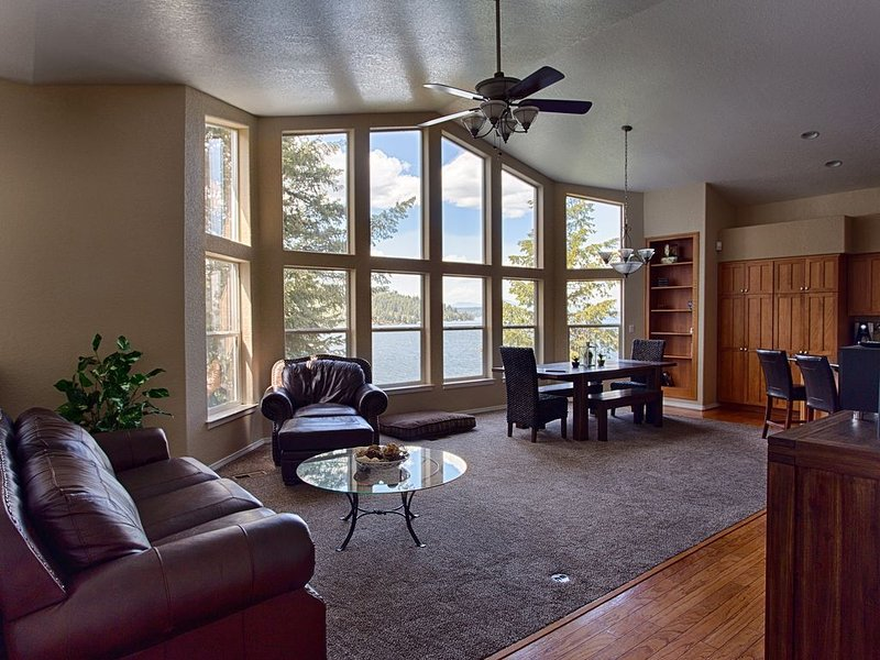 Gorgeous 4 Bedroom Lake Front Home on Coeur d Alene Lake!!! Stunning Views!, holiday rental in Worley