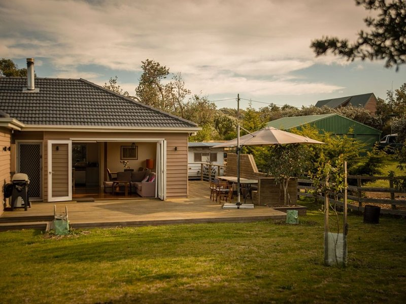 BEACH 3 RETREAT - CLOSE TO BEACH, SUN-DRENCHED WITH GREAT OUTDOOR SPACES #26, holiday rental in Venus Bay