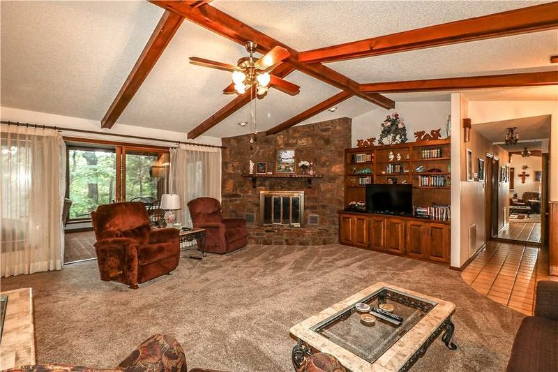 SPACIOUS HOME WITH LARGE ARKANSAS ROOM NEAR WEST GATE - $125 PER NIGHT - NON SMO, vacation rental in Hot Springs Village