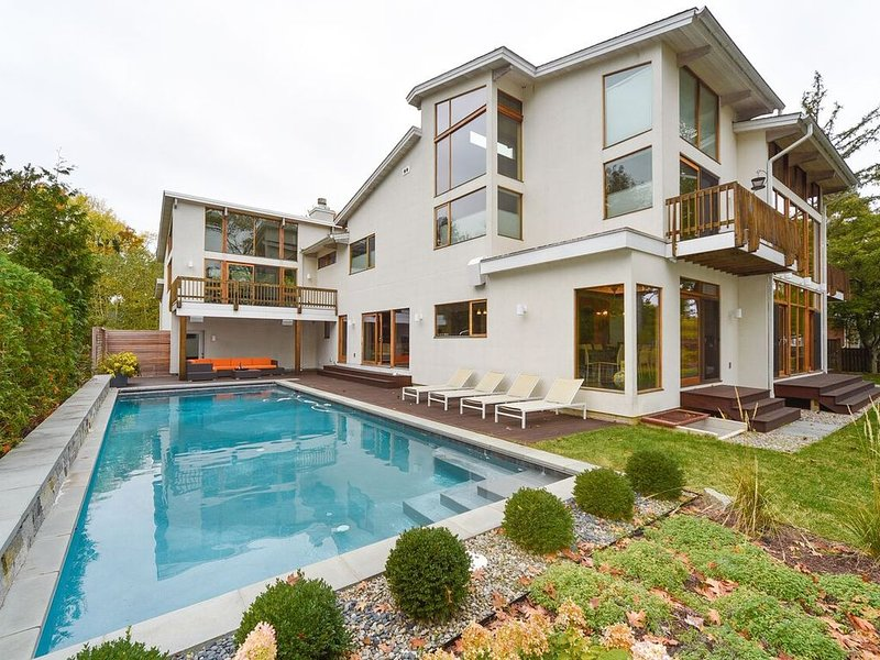 Ultra Contemporary waterfront home very close to downtown Annapolis with stunnin, aluguéis de temporada em Mayo
