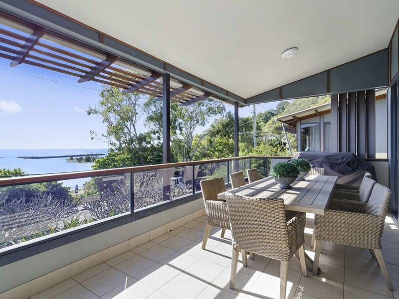 Currumbin Beachside Holiday Home, vacation rental in Currumbin