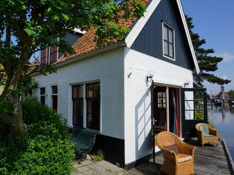 Lovely holiday home in Hindeloopen in a great setting, on the 11 city tour route, holiday rental in Warns