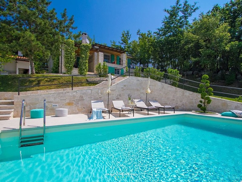 Charming villa with private pool near Rabac, alquiler vacacional en Krbune