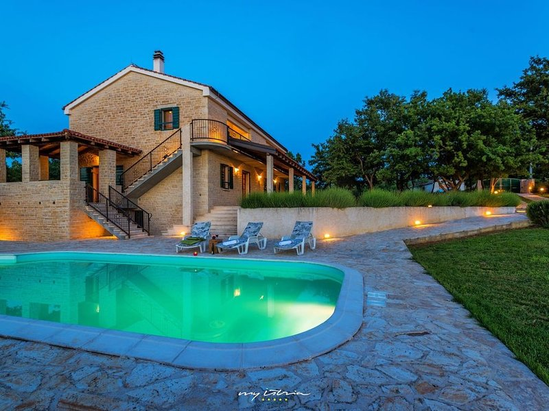 Romantic stone villa with pool near Zadar, vacation rental in Policnik
