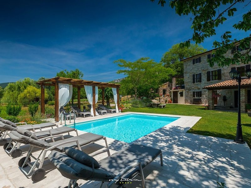 Beautiful villa with pool next to a creek in Buzet, alquiler de vacaciones en Buzet