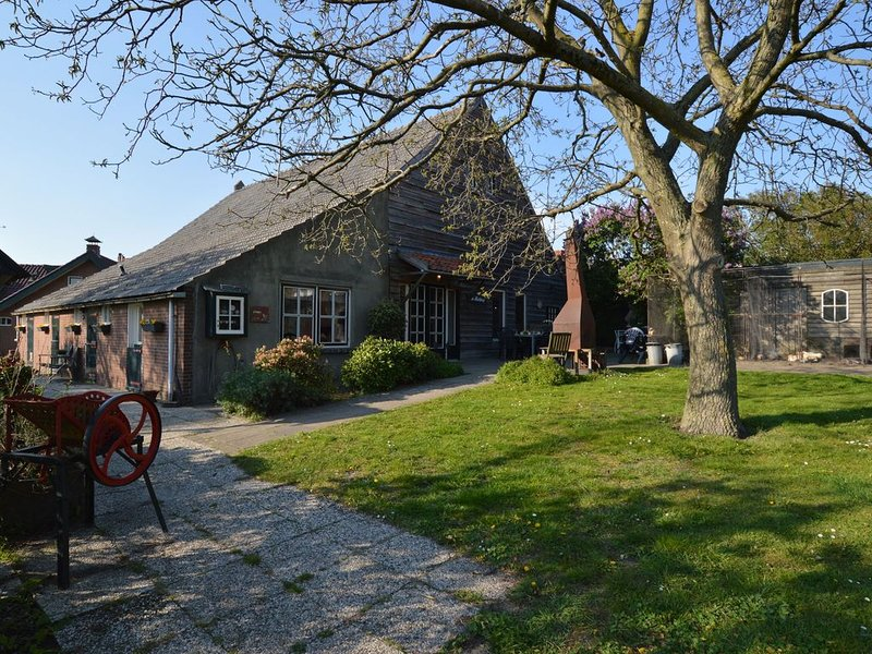 Situated peacefully on a vast green!, vacation rental in Huijbergen