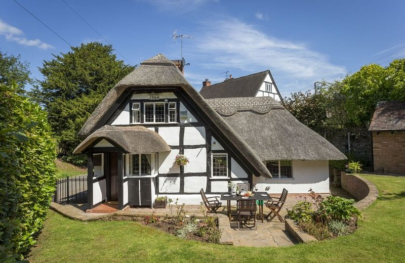 Period thatched cottage dating from the 17th Century  in the idyllic village of, holiday rental in Coughton