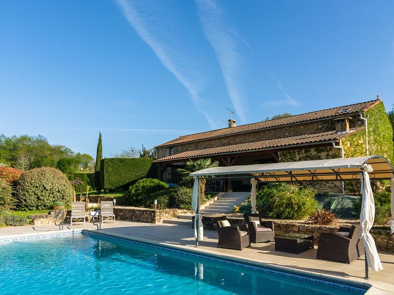 Huge Holiday Home in Aquitaine with Private Swimming Pool, casa vacanza a Larzac