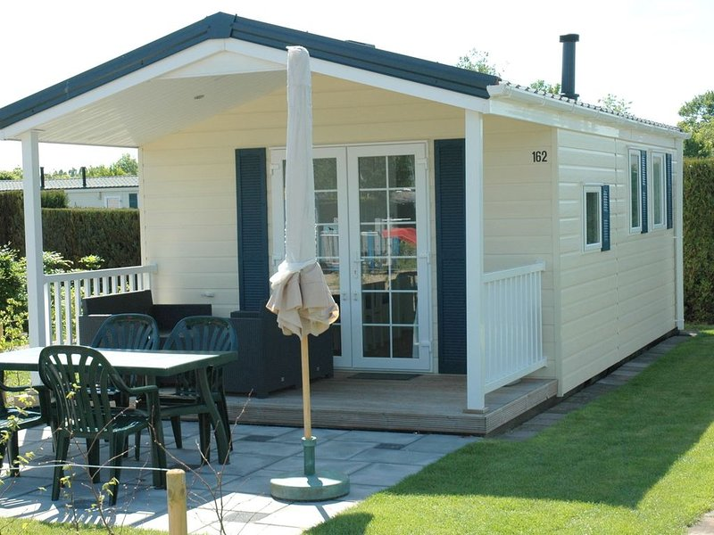 Lovely chalet with veranda near the Loonse and Drunense Duinen, vacation rental in Vlijmen