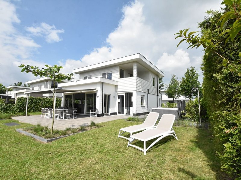 Modern villa with large garden by the water, with jacuzzi and sauna infrared – semesterbostad i Provinsen Flevoland