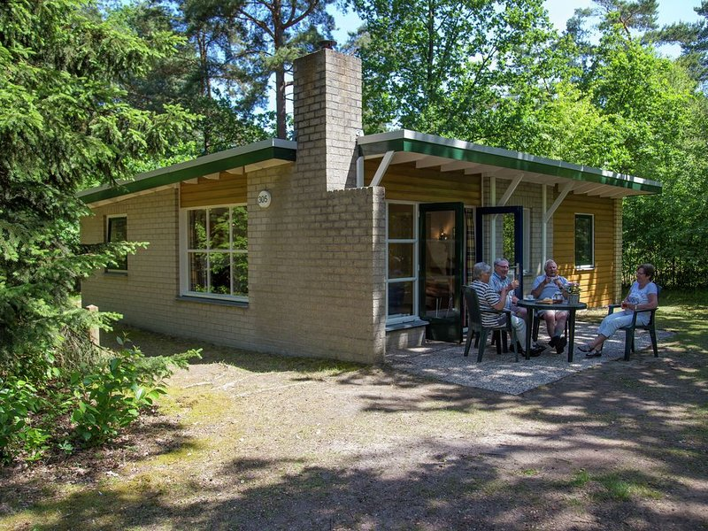 Single storey bungalow with a wood stove, not far from Assen, Ferienwohnung in Spier