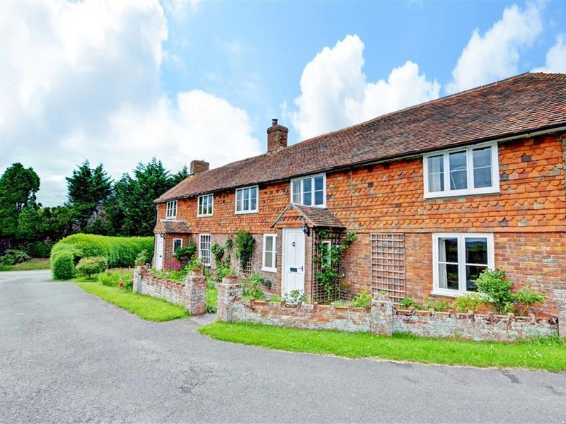 Fairview Cottage - Three Bedroom House, Sleeps 6, holiday rental in Kingsnorth
