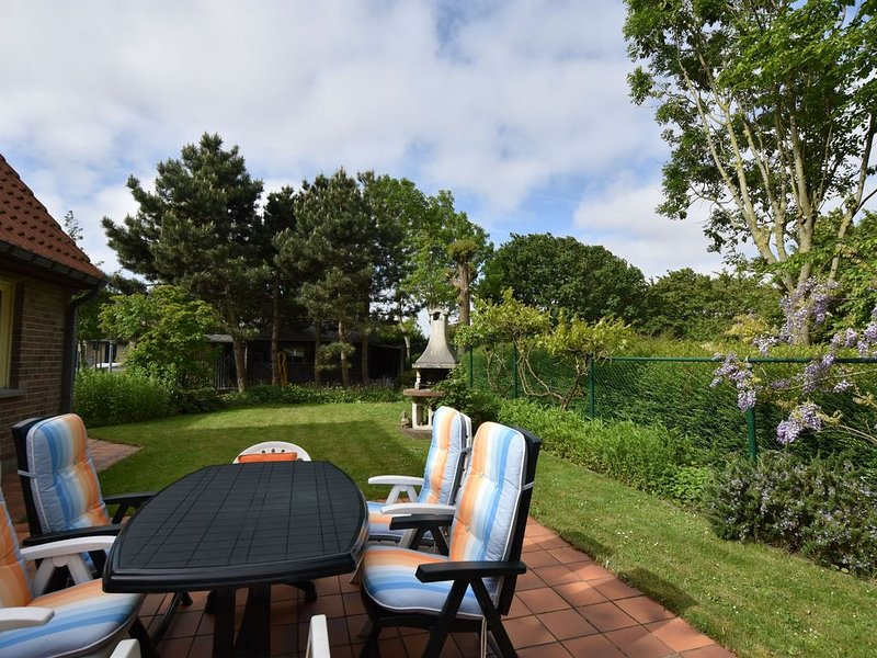 Family home in a quiet location with beautiful garden and close to the beach, location de vacances à Bredene