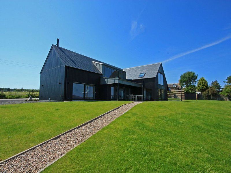 Spectacular uninterrupted views of Loch Fleet and the countryside from every roo, casa vacanza a Brora
