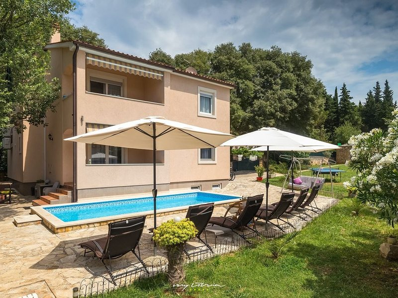 Relaxing family villa with pool near the sea, vacation rental in Pula
