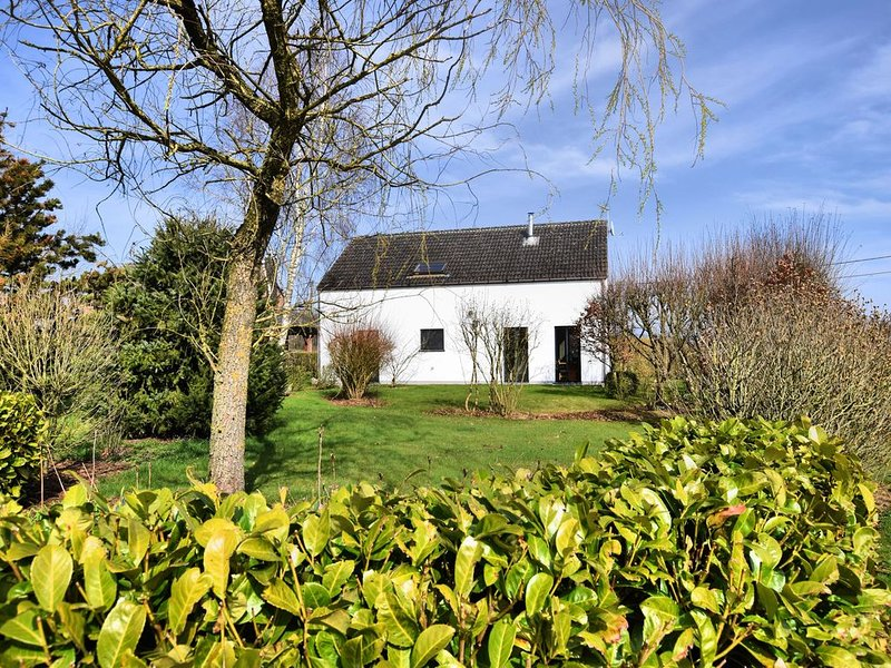 Spacious and attractive holiday home in peaceful setting with beautiful, large g, location de vacances à Sainte-Ode