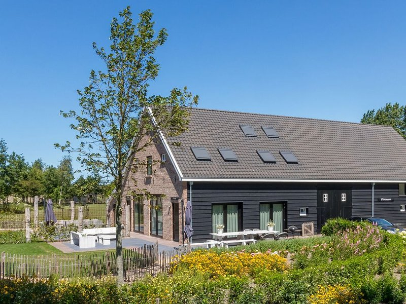 Lush Mansion in Vrouwenpolder with Private Fenced Garden, holiday rental in Breezand
