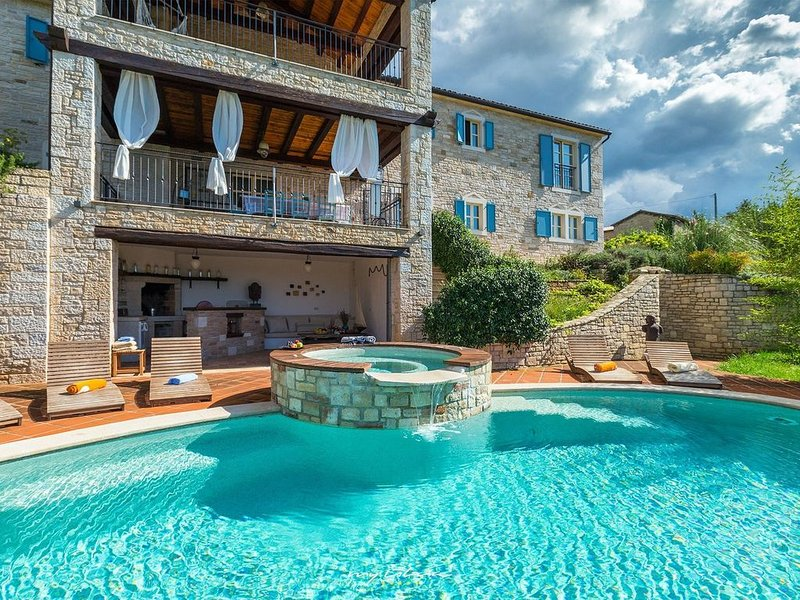 Luxury villa with private heated pool in Istria, holiday rental in Mofardini